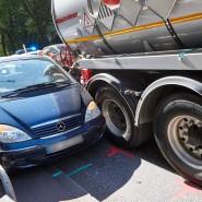 Wo rohe Kräfte walten: Ein Lastwagen hat in Hamburg einen Personenkraftwagen eingequetscht.