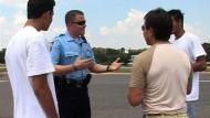 Ortspolizisten auf der Suche nach illegalen Einwanderern