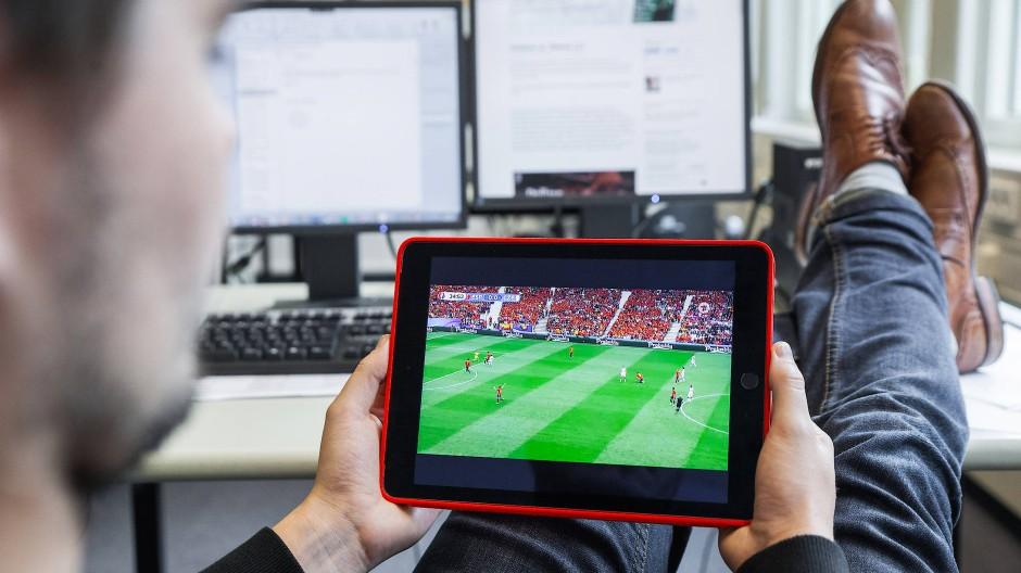 Ausgespielt? Fernsehen via Internet ist im Kommen, demnächst auch in der Champions League - aber in vielen Regionen ist die Infrastruktur zu schlecht.