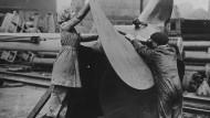 Arbeiten an der Schraube eines U-Boots auf einer englischen Werft. Die Massenproduktion von Schiffen wurde auf der Insel planmäßig betrieben. Aufnahme von 1918.