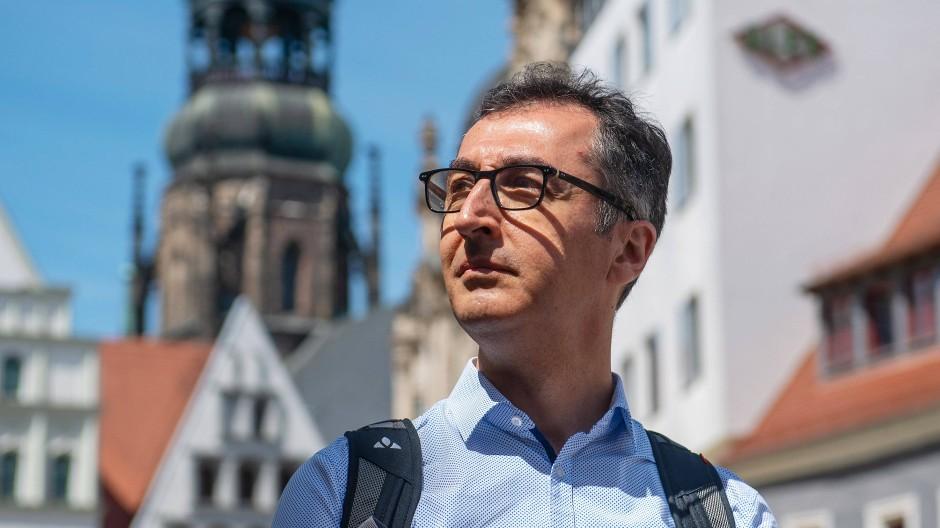 Cem Özdemir (Bündnis 90/Die Grünen), Vorsitzender des Verkehrsausschusses im Deutschen Bundestag, steht auf dem Marktplatz in Zwickau.