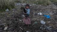 Ein Mädchen am Ufer des Titicacas-Sees in Peru: Stark belastete Abwässer aus den nahe gelegenen Städten und illegale Goldminen in den Anden leiten bis zu 15 Tonnen Quecksilber pro Jahr in den See.