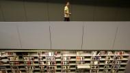 Nur noch zum Mitnehmen: Die Bibliotheken der FU Berlin dürfen seit zwei Monaten nicht mehr betreten werden.