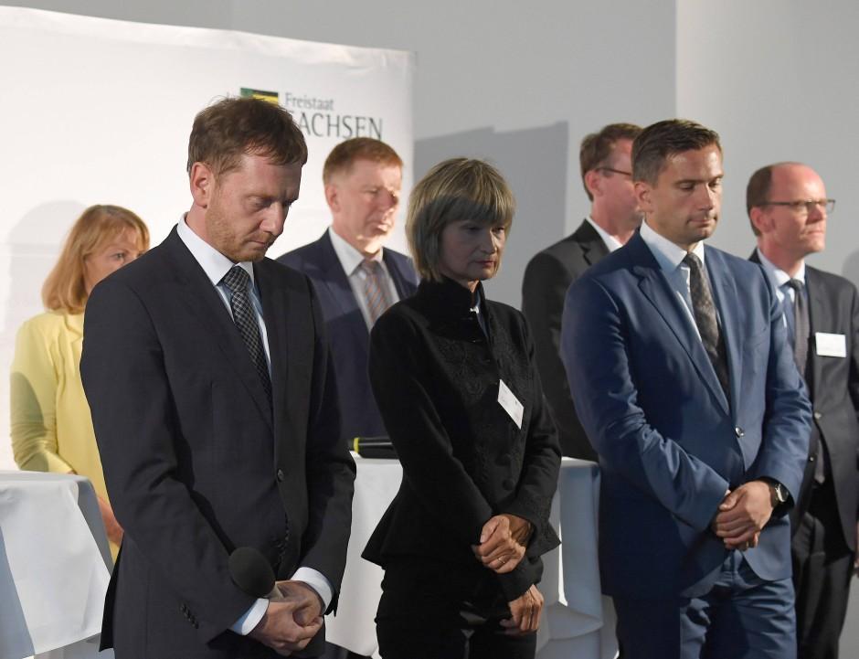 """Gedenkminute beim """"Sachsengespräch"""": Ministerpräsident Michael Kretschmer (CDU), Chemnitz' Oberbürgermeisterin Barbara Ludwig (SPD) und Wirtschaftsminister Martin Dulig (SPD)  (v.l.n.r.)"""