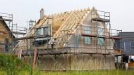 Der Traum vom Eigenheim geht voran. Doch wie lange noch? Solvenz und Historie der Baufirma geben Aufschluss.