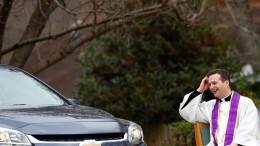Priester bietet Drive-In-Beichtstuhl an