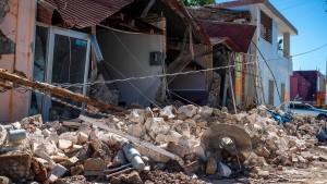 Eingestürzte Häuser nach Erdbebenserie
