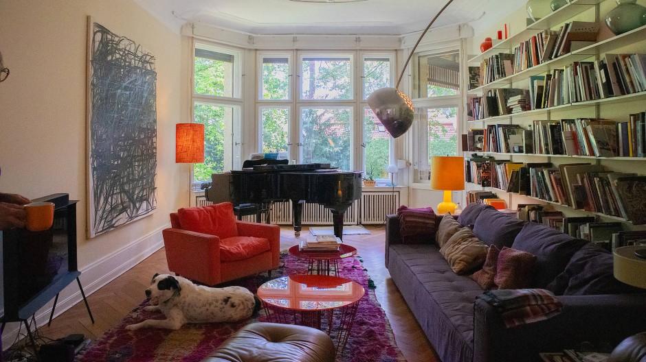 Mut zur Farbe beweist Familie Romba auch im Wohnzimmer, wo eine großformatige Arbeit des Künstlers Peppi Bottrop hängt.