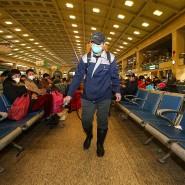 Mit Desinfektionsmittel gegen das Virus:Gegenmaßnahmen in einem Bahnhof in Wuhan.
