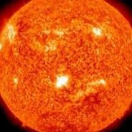 Wenn die Sonne besonders aktiv ist, werden auch große Mengen an Sonnenwind ins All geschleudert.