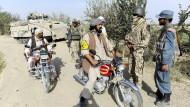 Ein Dolmetscher (2 v.r.) spricht am 1. September 2011 mit afghanischen Polizisten in der Nähe von Kundus.