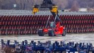 Rohre für die Pipeline im Hafen Mukran auf Rügen