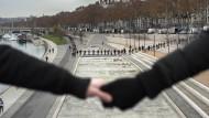 Hand in Hand für den Klimaschutz: Demonstranten bilden eine Menschenkette im französischen Lyon.