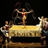 """Hula Hoop auf dem Bett: Die alte Disziplin mit kreisenden Reifen auf einem Bett verlangt von der """"Corteo""""Artistin des Cirque du Soleil besondere Konzentration."""