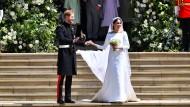Ein Augenblick der Modegeschichte: Das frisch getraute Ehepaar Sussex; die Herzogin trägt ein schlichtes Givenchy-Kleid.