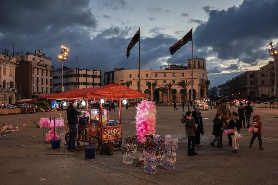 Auf dem Märtyrerplatz im Zentrum der libyschen Hauptstadt Tripolis verkauft ein Händler Zuckerwatte und Popcorn.