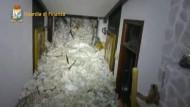 Aufnahmen aus dem Inneren des Hotels zeugen von der Wucht der Lawine.