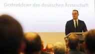 Jens Spahn spricht auf einer Gedenkfeier der deutschen Ärzteschaft zur Erinnerung an die Verfolgung jüdischer Ärzte im Nationalsozialismus.