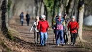 Ü 70 beim Nordic Walking: Fit im Alter, aber oft trübt die staatliche Abgabenlast das Vergnügen.