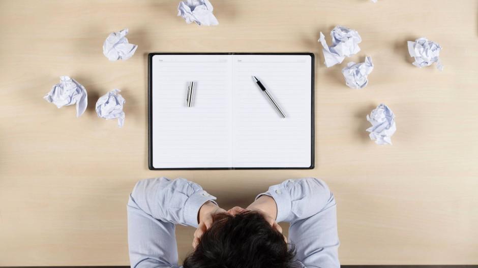 Raus aus der Gedankenfalle: Auch bei Schreibhemmung können Mentaltechniken helfen.