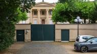 Der Blick hinter die Mauer lässt den Prunk und Luxus der Villa erahnen.