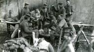 Leben im Felde. Deutsche Soldaten tauschen sich über das Erlebte aus. Undatierte Aufnahme.