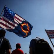 Trump-Anhänger mit einer Fahne der QAnon-Bewegung in Oregon City