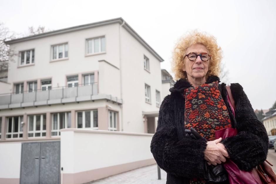 Die frühere Lehrerin Till Lieberz-Groß steht vor dem ehemaligen Kinderheim. Es soll an die jüdischen Kinder erinnern, die vor den Nazis gerettet und ins Ausland gebraucht wurden.