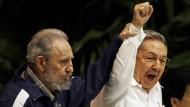 Nicht ganz bis in die Ewigkeit: Kubas Präsident Raúl Castro und sein Bruder Fidel singen auf dem Kongress der kommunistischen Partei Kubas