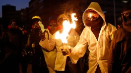 Pfeile und Benzinbomben fliegen in Hongkong