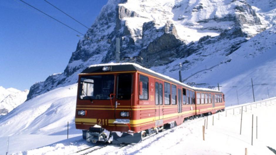Jungfraubahn. Mit Sicherheit und täglich direkt auf der Schiene ins Wintersportgebiet: Doppeltriebwagen der Jungfraubahn vor der Eigernordwand.