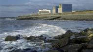 Erste Reihe mit Meeresblick: Bestehende Reaktoren Hinkley A und B und ein noch freier Bauplatz. Ringsum ist die Vorfreude grenzenlos.