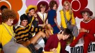 Alles so schön bunt hier: Mary Quant (im Vordergrund sitzend) führt 1967 mit ihren Models die neue Schuhkollektion vor.