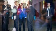 Bundeskanzlerin Angela Merkel steht mit Steffen Seibert (2.v.r.) und Jan Hecker (2.v.l.) im Foyer des Bundeskanzleramtes (Archivbild).