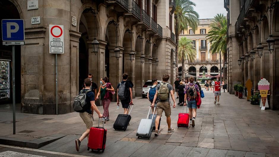 """Kein Verbot, aber """"Signal für die zukünftige Urlaubsplanung"""": Touristen Mitte Juli entlang Barcelonas La Rambla"""