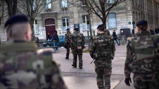 Verhöre und Festnahmen in Paris