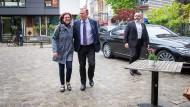 Wahlkampfhilfe aus Thüringen: Ministerpräsident Bodo Ramelow greift Kristina Vogt, Spitzenkandidatin der Linken in Bremen, bei einem Wahlkampftermin im kleinen Stadtstaat unter die Arme.