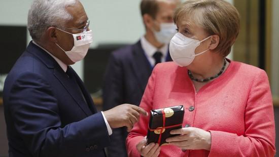Geschenke bei Merkels Gipfel-Geburtstag
