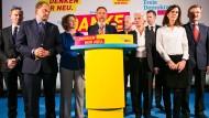 Nachdenkliche Freude: Die FDP-Spitze nimmt am Wahlabend zu den Ergebnissen Stellung, am Pult Christian Lindner.