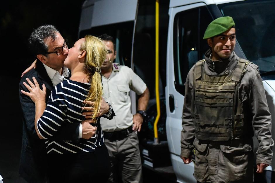 Bei seiner Haftentlassung aus dem Istanbuler Silivri Gefängnis am 26. September 2017 geben sich der Cumhuriyet-Journalist Kadri Gürsel und seine Frau am Gefängnistor einen innigen Kuss.