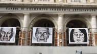 Kein Blick nach vorn: An einer der noch immer baufälligen Fassaden L'Aquilas hängen Bilder von Menschen, die das Erdbeben vor zehn Jahren erlebt haben.