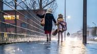 """Gefährlicher Schulweg in Frankfurt. """"Das Blitzeis hat viele Menschen überrascht"""", sagte eine Polizei-Sprecherin."""