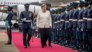 Bundeskanzlerin Angela Merkel wird am Flughafen mit militärischen Ehren begrüsst. Ghana ist die zweite Station der dreitägigen Afrikareise der Kanzlerin.