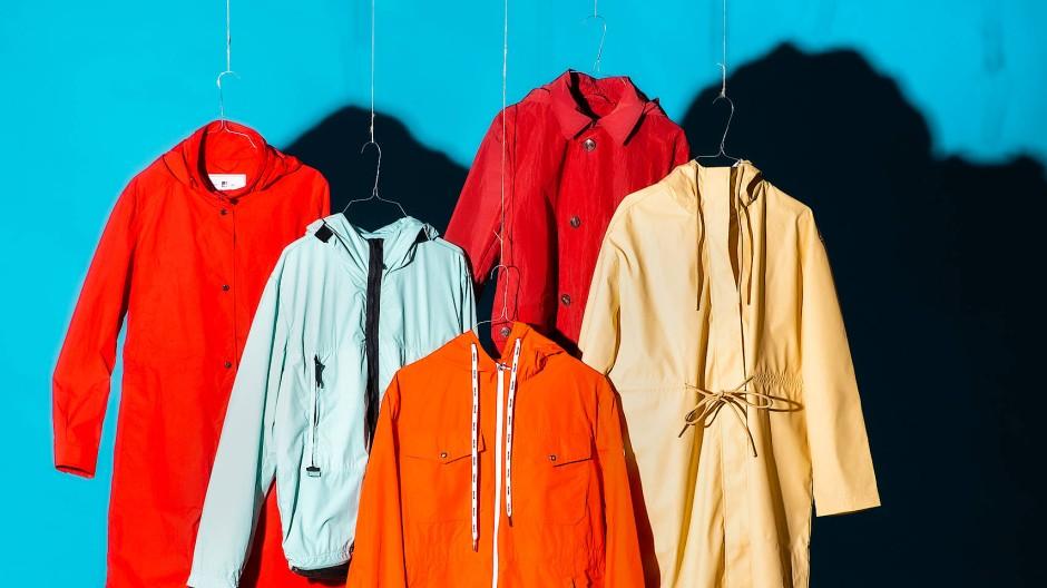 Sie gehören zu jedem Regentag dazu: Übergangsjacken von Woolrich, Stone Island, Moncler, Herno und Marc O'Polo.