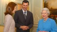 Damals gab es noch was zu lachen: Baschar al Assad, seine Frau Asma, und die britische Queen Elizabeth im Jahr 2002 in London. Dort hat der syrische Staatspräsident studiert.
