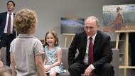Auch die Kleinsten des Landes sind Ziel von Propaganda: Präsident Putin im Gespräch mit Kindern.