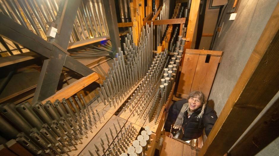 Gang zum Klang: Kantorin Susanne Rohn zeigt die wahren Ausmaße der Sauer-Orgel.