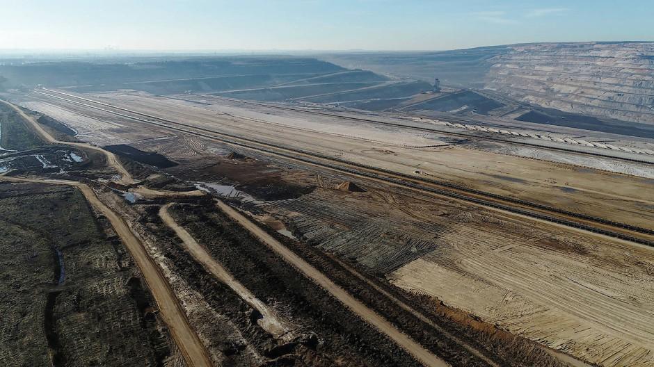 Wie eine tiefe Schlucht frisst sich der Braunkohletagebau Hambach in den Boden.