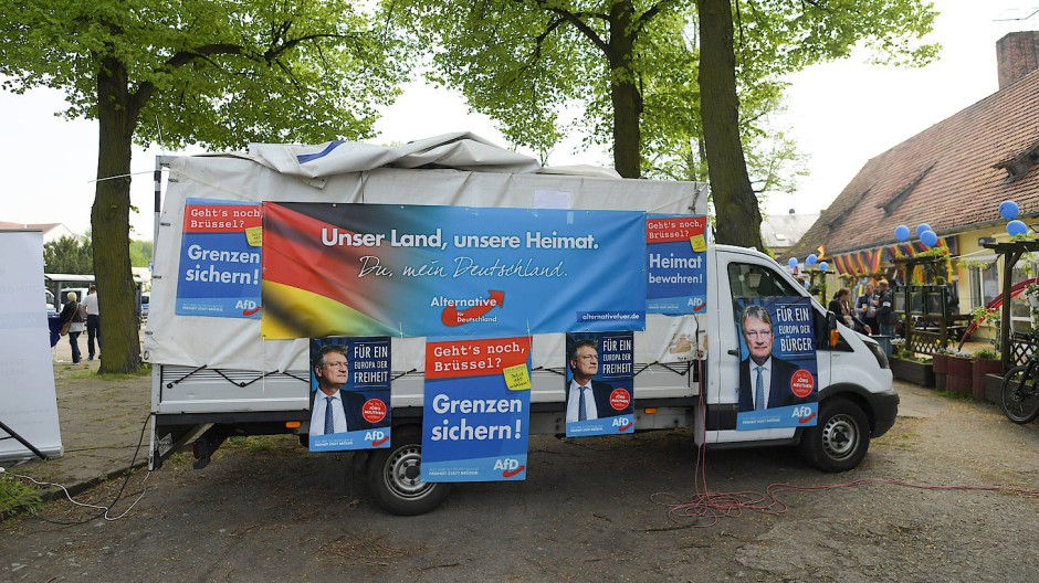 Grenzen des Wachstums: Wahlkampfwagen der AfD im Berliner Stadtteil Pankow