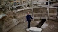 Der Chefausgräber Joe Uziel vor dem Rundbogen des Amphitheaters